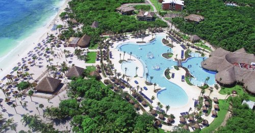 Grand Palladium Colonial Resort and Spa main pool and beach