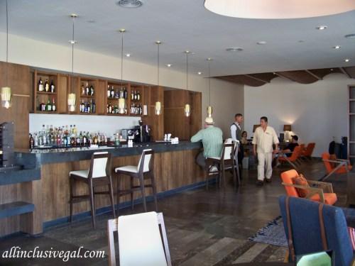Dreams Playa Mujeres bar and check-in area