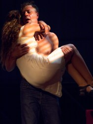 η Στέλλα στην αγκαλιά του Στάνλευ...δηλαδή η Ηλιάνα Μαυρομάτη στην αγκαλιά του Γιάννη Τσορτέκη