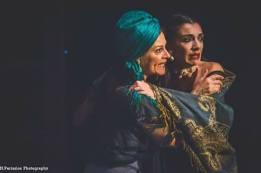 Η Γεωργία/Έλενα Καστανά ζητά καταφύγιο στην αγκαλιά της Αργυρώς Τσιρίτα/Άννα...