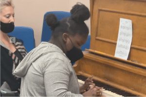 Homeless Arizona girl receives therapeutic piano lessons from All Kids Need Music
