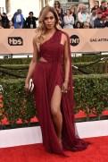 Laverne Cox luciendo un hermoso vestido bordo en la alfombra roja, es una de las celebridades transexuales mas talentosas y conocidas en la actualidad. Actriz, modelo, cantante, nos deslumbra a todos cada día con un nuevo talento.