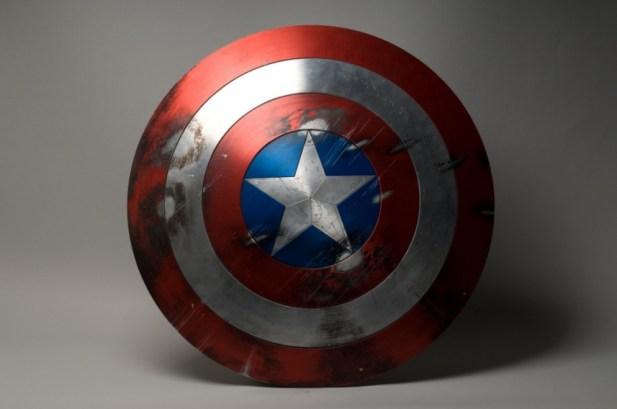 Le-bouclier-de-Captain-America-visible-pendant-l-exposition_portrait_w858