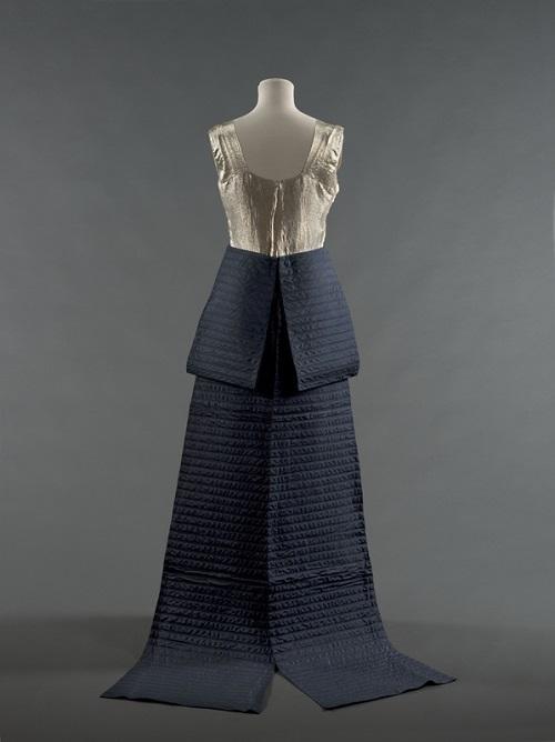 Robe du soir « Walkyrie » aussi nommée « Brunehilde », 1935. Lamé or, soie bleu marine surpiquée. Collection Palais Galliera. © Stéphane Piera / Galliera / Roger-Viollet