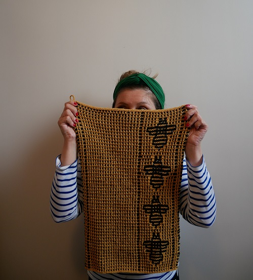 14. serviette motifs abeilles tricot mosaique