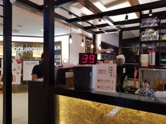 Passed by a bubble tea shop and the collection number on the screen was coincidentally 39! P.S. Behind there's a hair salon named Apgujeong!