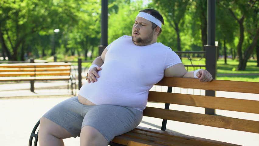 رجل يعاني من السمنة جالس على المقعد