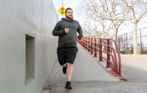 رجل يمارس تمرين الركض