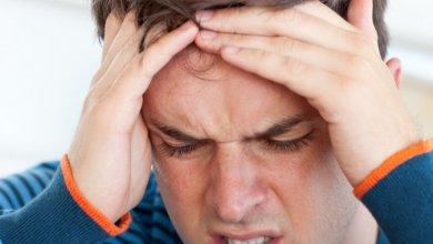 رجل يضغط على رأسه من شدة الصداع
