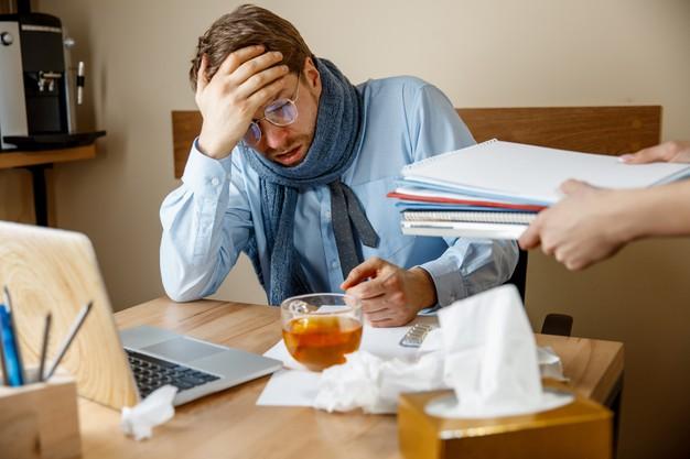 رجل يشعر بالتعب بسبب الإجهاد وضغوطات العمل