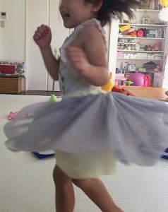 女の子のシンプルでかわいい服よりパンツインチュールスカート着画