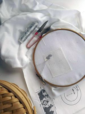 銀色刺繍糸でクロスステッチ