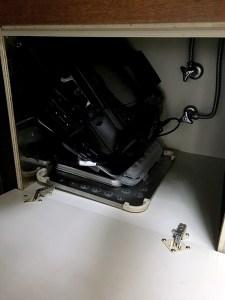 シンク下にホットプレートを収納している画像