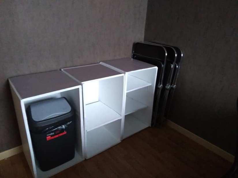 Les meubles en carton, une fois montés et peints. Après un déménagement, on est contents de se sentir bien chez soi !