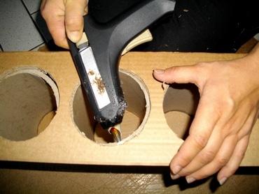 Fermer le meuble en carton avec la colle chaude. Outils meuble en carton