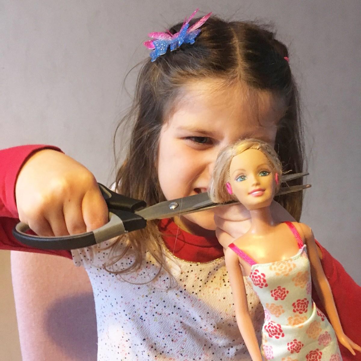 On a coupé les cheveux de Barbie: Avant/Après!