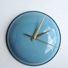 Upcycled Pot Lid Clock via http://www.makermama.com/2013/04/thrifted-clock-redo.html
