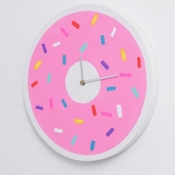 Donut Clock via http://whydontyoumakeme.com/diy-donut-clock/
