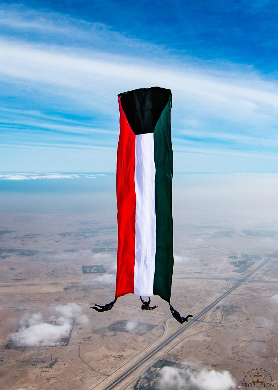 علم الكويت يحلق في السماء.png2