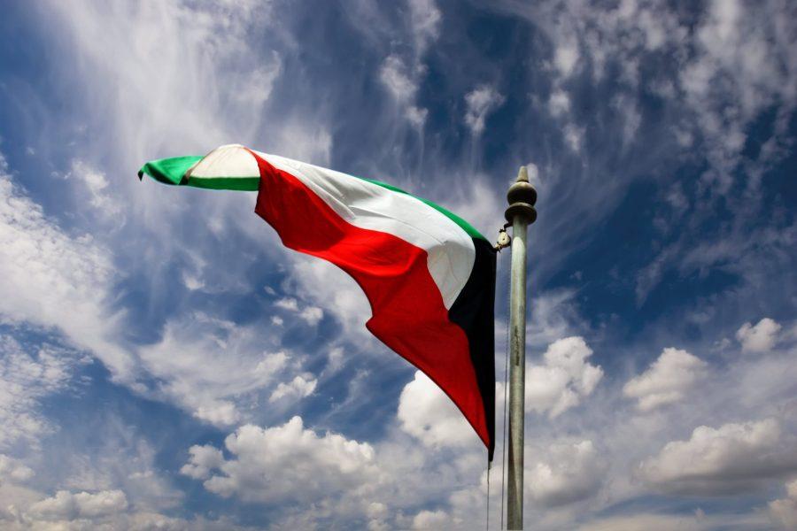 العلم الكويتي يرفرف في السماء