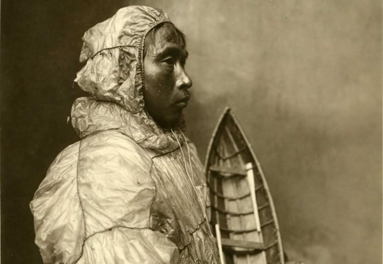 A - INUIT ESTRECHO DE BERING - Individuo con parka impermeable de intestinos de morsa - Fotografía de los Estudios Lomen Brother´s de Nome (1900-30) (2) 2