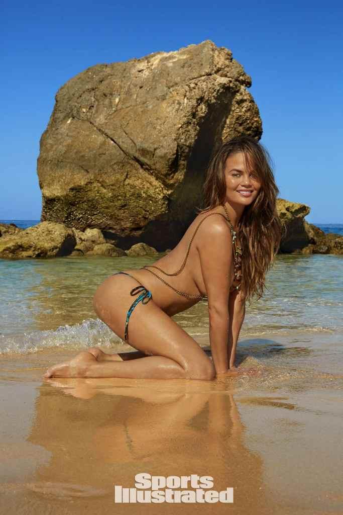 Chrissy Teigen sexy bikini pics