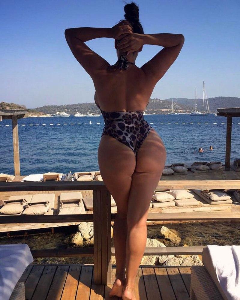 Kelly Brook ass bikini pics