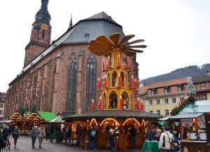 A four-level Christmas pyramid in front of a red brick church