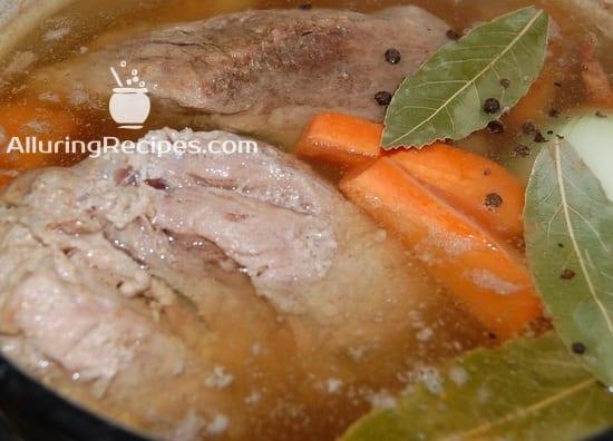 Добавляем морковь, лук, перец, лавр в холодец
