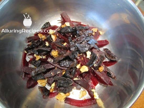 Фотография с нарезанными ингредиентами свеклой, орехами и черносливом