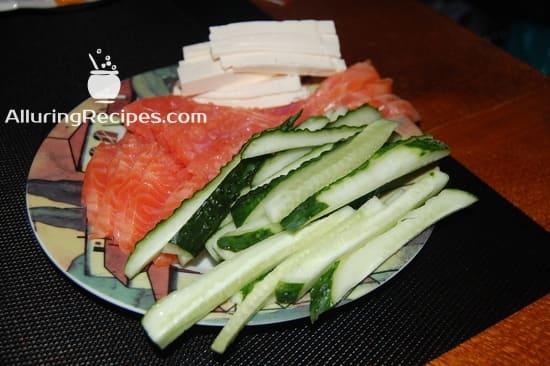 Нарезанные ингредиенты для начинки суши-ролл