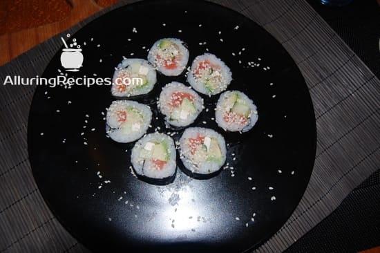 Суши-роллы на черной тарелке