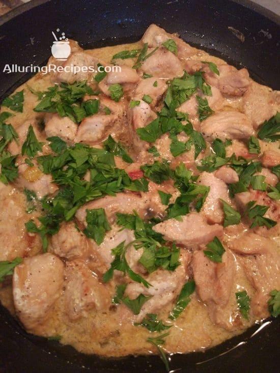 Филе индейки тушится на сковороде в соусе