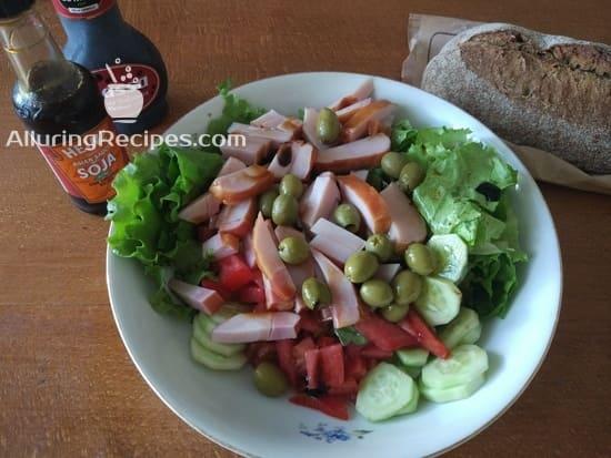 Салат из зеленых листьев салата, ветчины  овощей