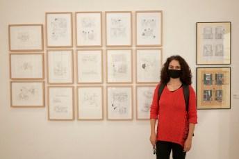 Marga Vinyes junto a sus dibujos
