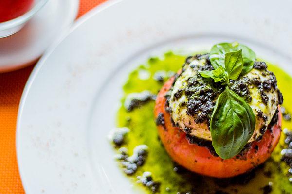 Tomate relleno de burrata con tapenade de oliva negra y aceite de albahaca