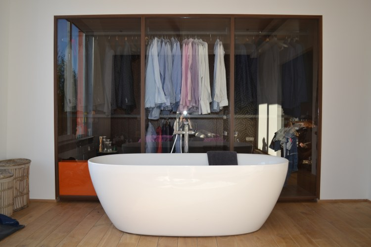 dressing met bad en glazen rugwanden