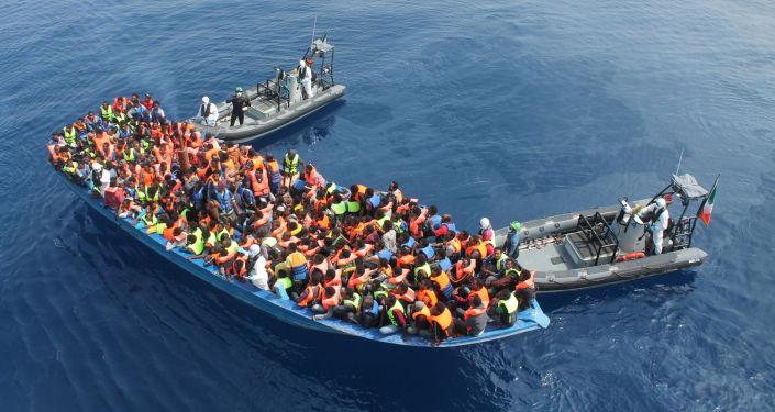 انقلاب زورق مهاجرين بالبحر الأبيض المتوسط ومخاوف من غرق نحو 80