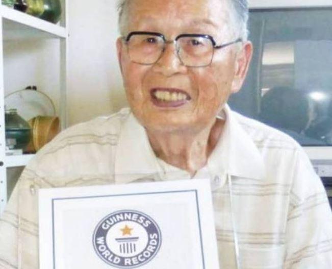 """ياباني يدخل موسوعة """"غينيس"""" لحصوله على شهادة جامعية في عمر التسعين"""