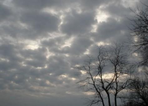 سحب ورياح قوية وأمطار متفرقة في بعض المدن يوم الأربعاء