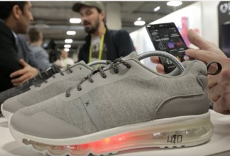 حذاء رياضي يضاء