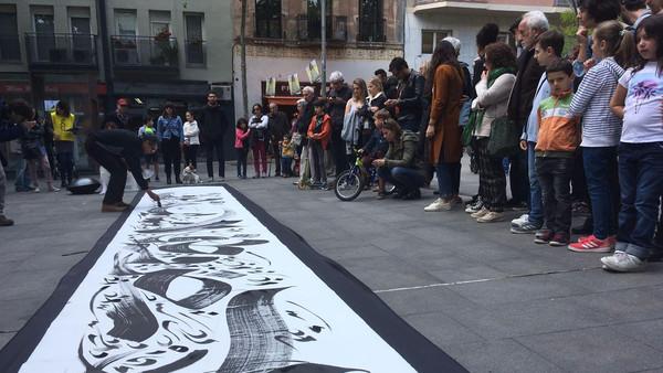 بالصور.. خطاط مغربي يسحر الإسبان في الشارع