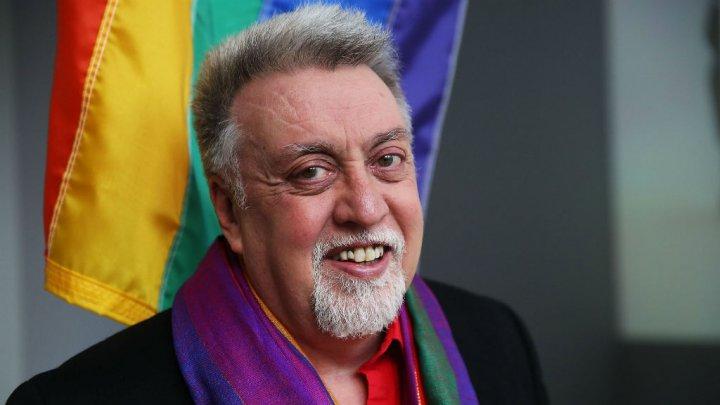 وفاة مصمم راية قوس القزح رمز المثليين جنسيا في العالم