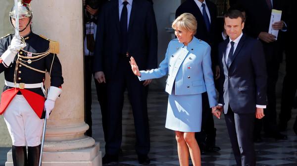 ماكرون يرتدي بذلة متواضعة وزوجته تستعير ملابس لحفل تنصيبه