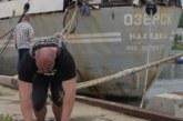 روسي يجر سفينة