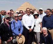 رئيس الوزراء يلتقط الصور مع السياح وسفراء الدول خلال افتتاحه منطقة هرم زوسر