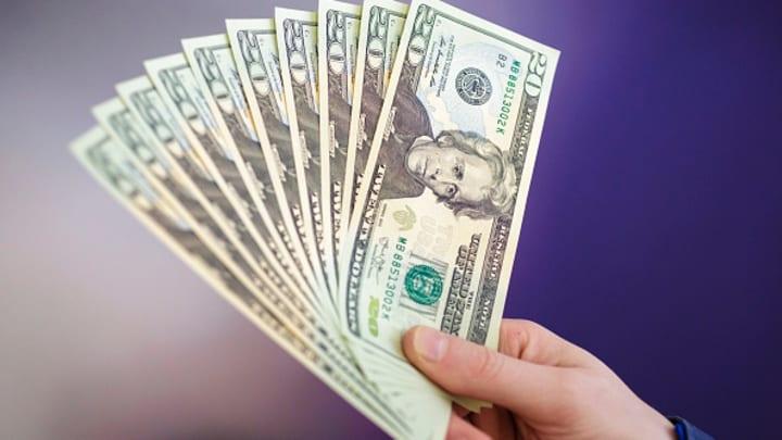 الدولار يتخلى عن مكاسبه الخميس مقابل عملات السلع الأولية