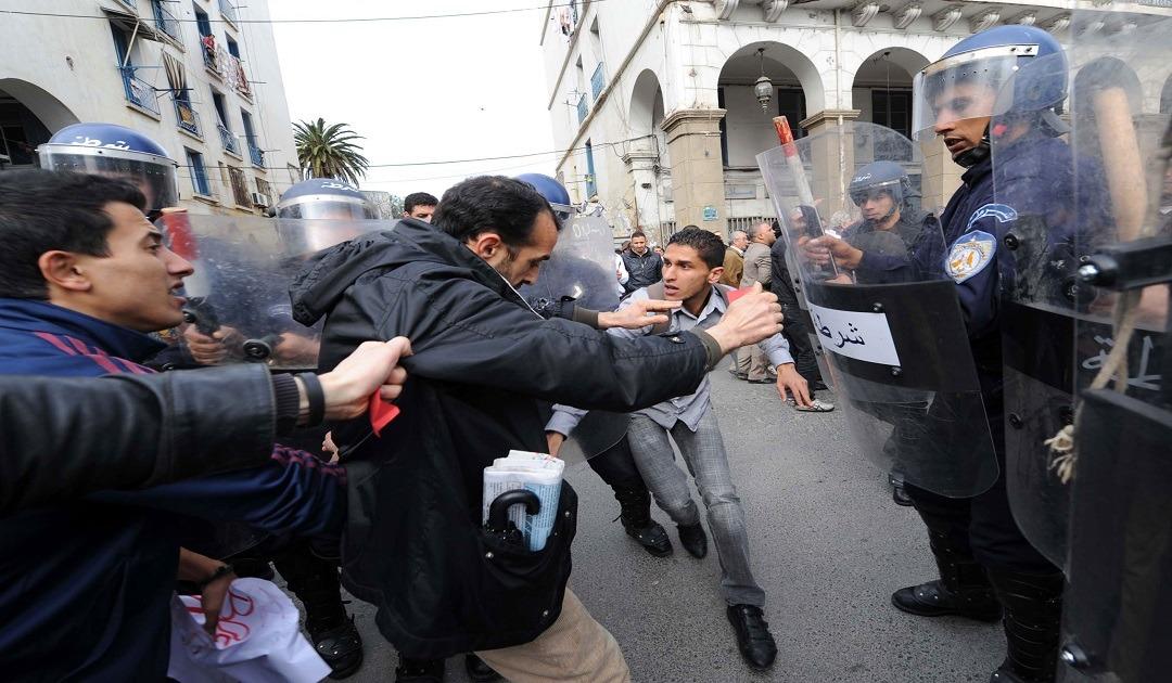 الجزائر: قانون جديد يلزم رجال الأعمال على توظيف الجزائريين