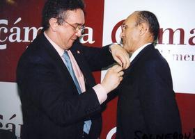 Juan del Águila Molina recibe el escudo de oro de la AP-APAL en 1999, de manos del entonces presidente, José María Granados.- Foto JUAN SALMERÓN