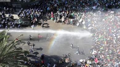 Photo of السلطات الجزائرية تواجه الاحتجاجات بالعنف وتعتقل أكثر من 300 متظاهر